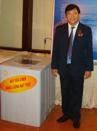 Thầy Huân với sáng chế máy rửa bát bằng năng lượng Mặt Trời của mình