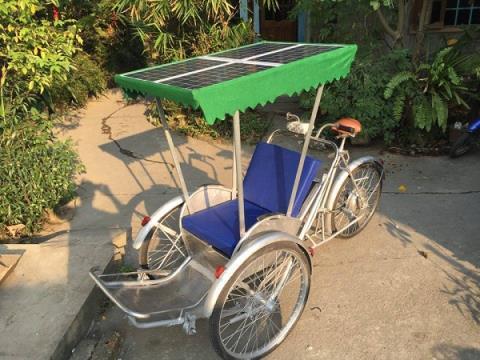 hình ảnh chiếc xích lô tự sáng chế chạy bằng năng lượng mặt trời
